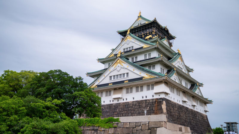 a view of osaka castle in japan